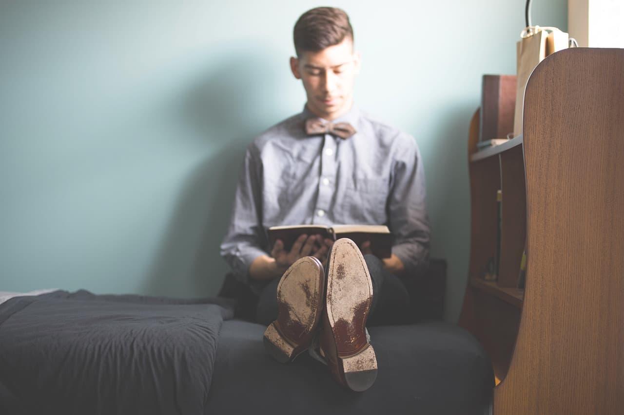 """Mann mit Hemd liest ein Buch - Bild zum Poetry Slam Text """"Bett & Axt"""" von Zwergriese"""