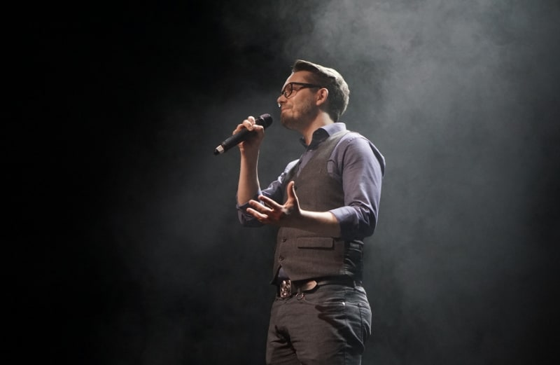 Marius Hanke alias Zwergriese bei der Moderation der Essener Stadtmeisterschaften im Poetry Slam